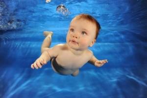 Bébé-à-la-piscine-500x334